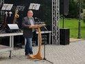 Der Betriebsrat von Bombardier spricht zu der Versammlung.